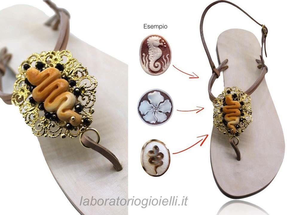 Sandali per l'estate: scegli l' infradito gioiello personalizzato!   Compromesso perfetto tra eleganza e comodità, le infradito gioiello sono tra gli accessori artigianali più unici per i suoi materiali di qualità. Usate per il giorno e per la sera. Vero cuoio con stella marina di madreperla ricco di coralli e perle. PUOI ORDINARLO ANCHE VIA EMAIL  info@dlb-gioielli.com http://www.laboratoriogioielli.it