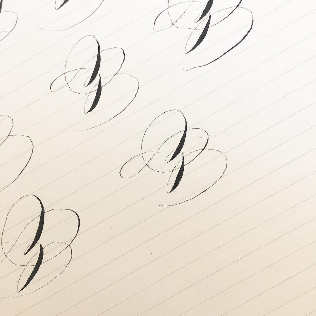 """Sono un paio di giorni che lavoro su questa Z  Trovo indispensabile accelerare un po' e usare il """"muscolo"""" per ottenere questi ovali così grandi ma poi per passare alle dita (quando l'ovale di entrata """"sale"""") mi trema la mano. Temo che sia solo questione di tanto tanto esercizio  . . . #spencerian #spencerianjourney #praticacalligrafica #calligraphypractice #calligraphy #handwriting #handlettering"""