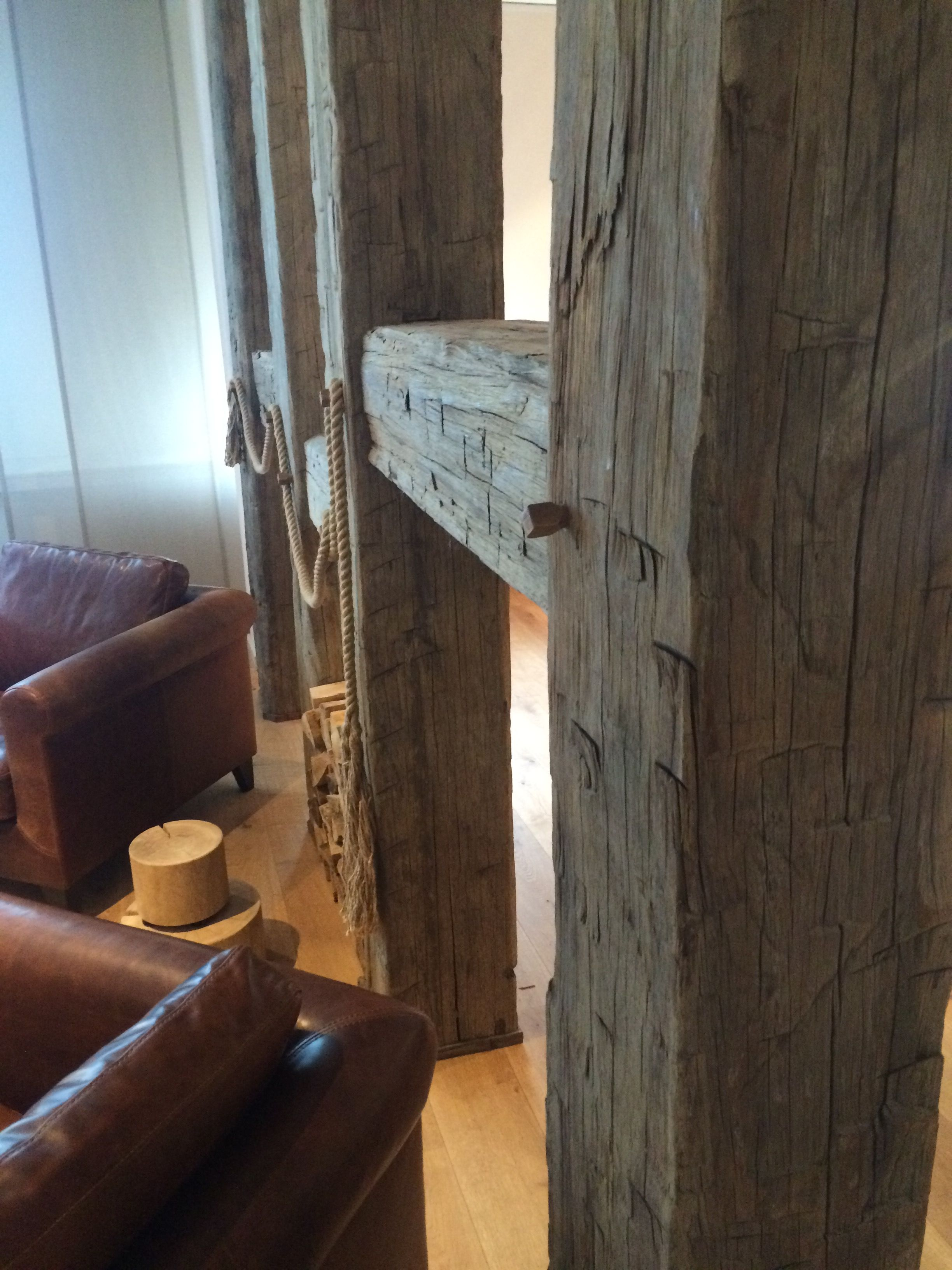 Raumteiler aus alten Balken  Raumteiler und Trennwand aus