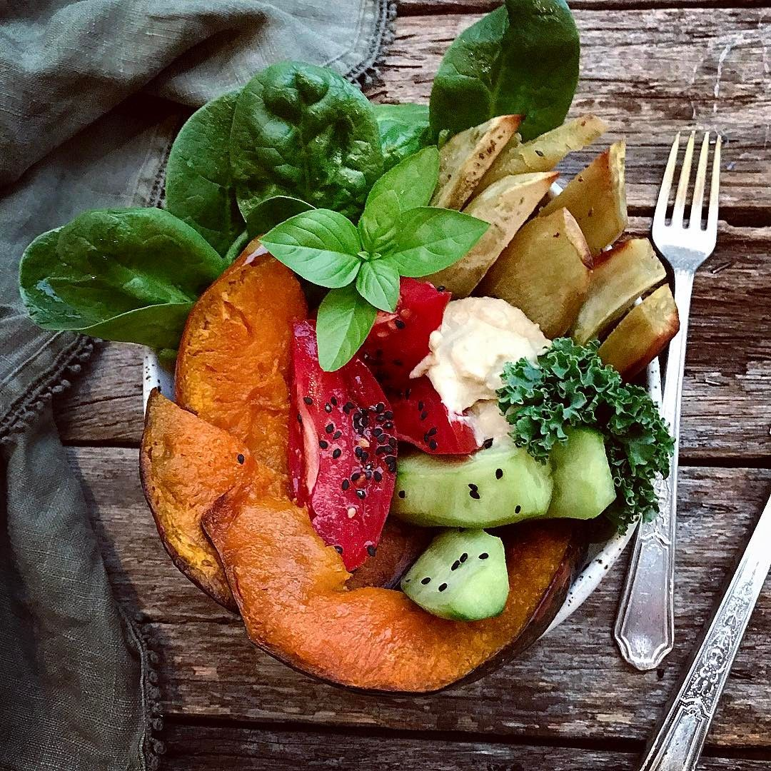 A simple quick and easy plant based dinner after a hectic day! Just Baked Japanese sweet potato fries, caramelised roast pumpkin, cucumber sticks, garden tomatoes, greens and hummus for dipping. 💫👌🏽