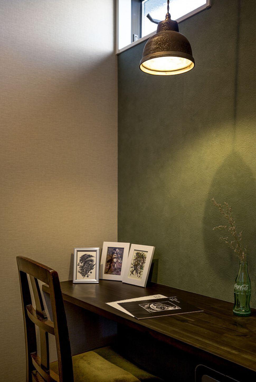 書斎コーナー 寝室の一角に設けられたご主人様の書斎コーナー お好きな色であるモスグリーンを壁紙に取り入れ ご夫婦が好きな画家さんの絵画をディスプレイした こだわりの