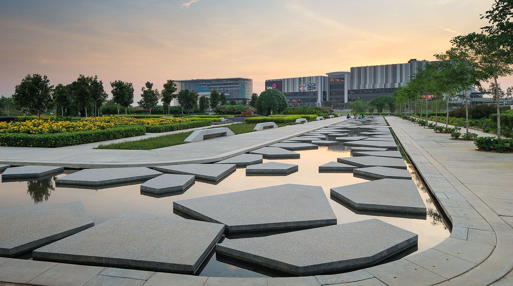 Setia City Park A Modern Urban Park Composed Of Activity Peninsulas That Float On The Surface Of The Water Commercial Landscape Design Park City Urban Park