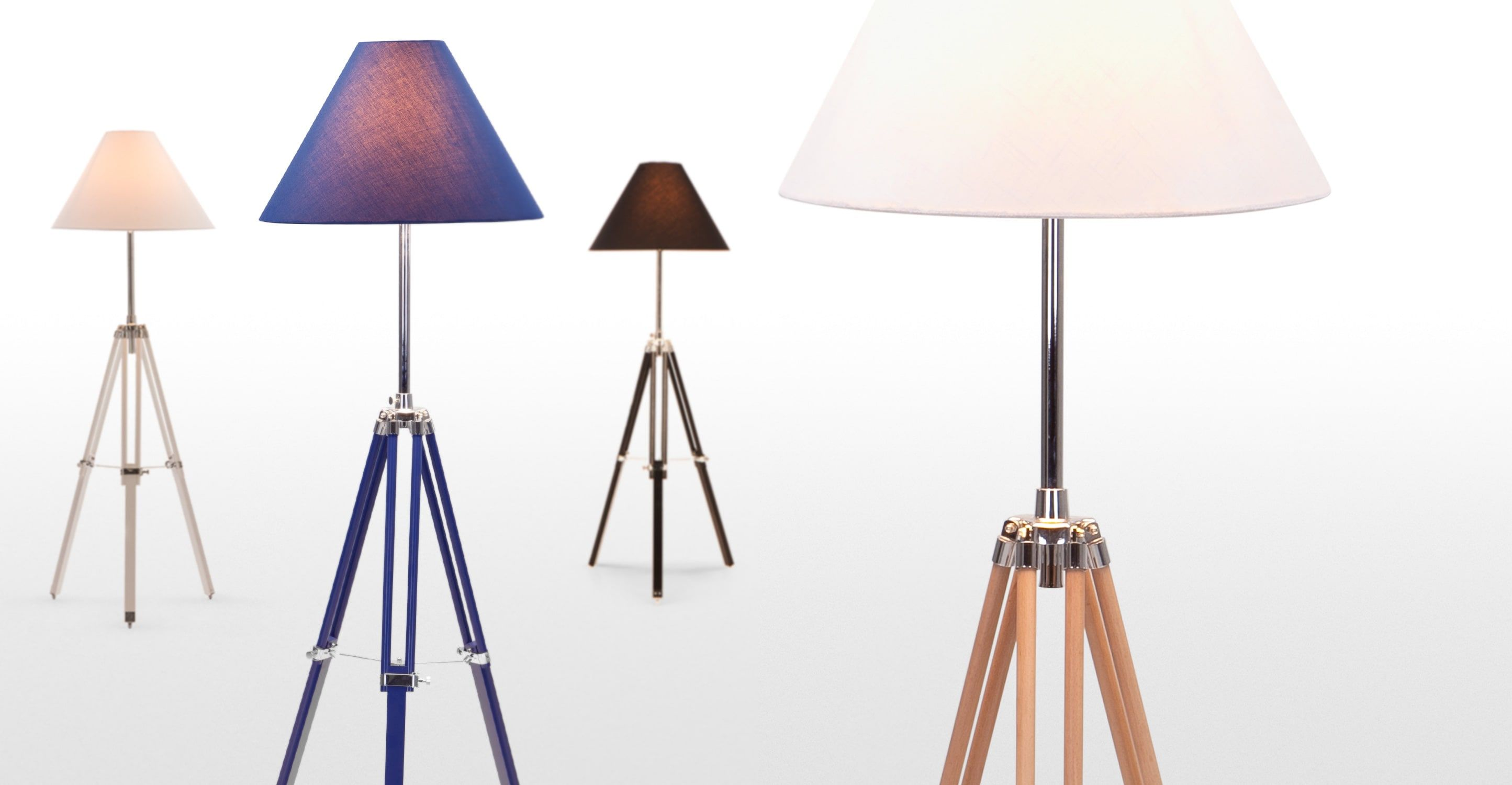 Navy driepoot staande lamp in naturel hout huis