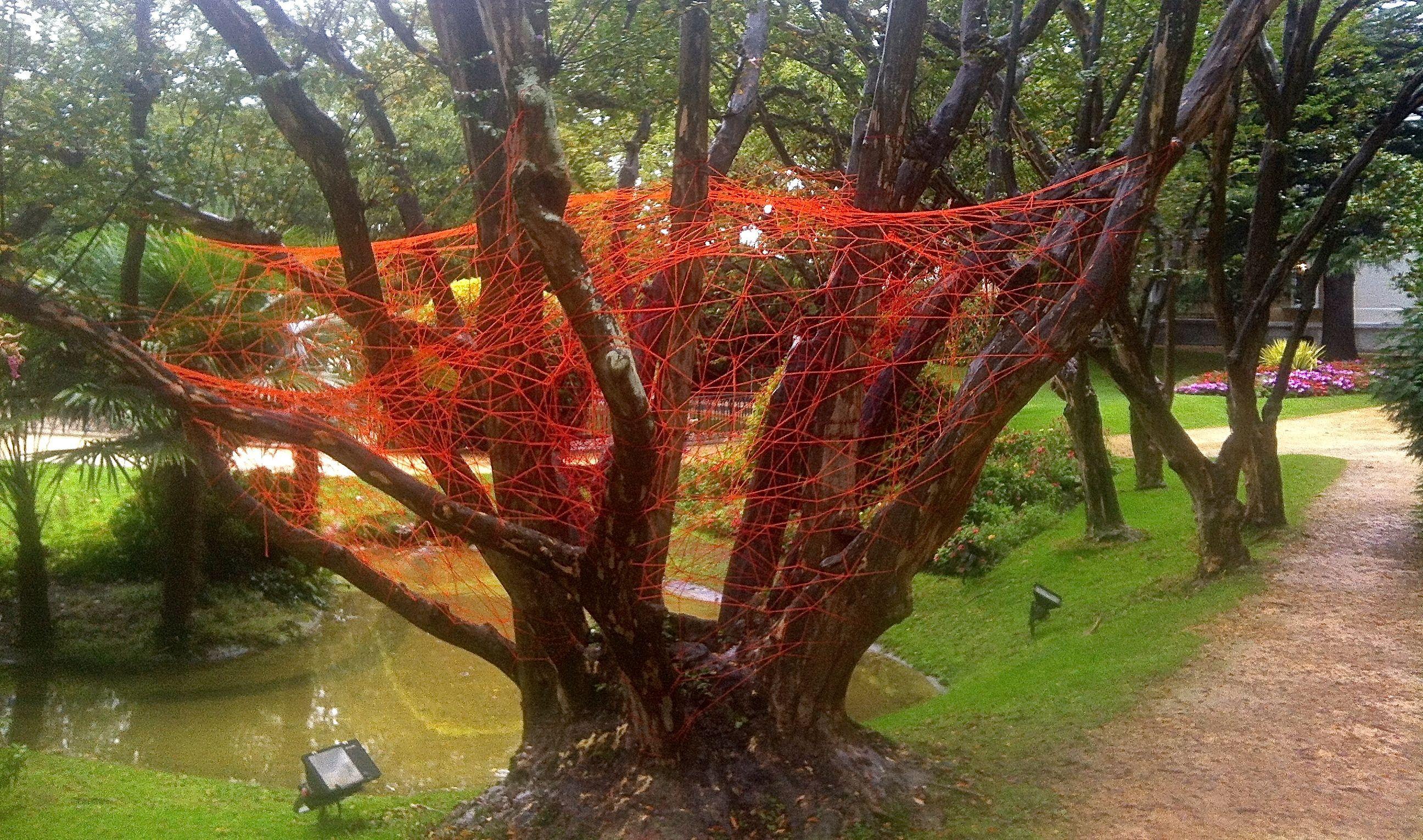 una rete che è una casa in un albero. presso Parque de Aiete a San Sebastian, in evoluzione continua fino al 30 ottobre 2013