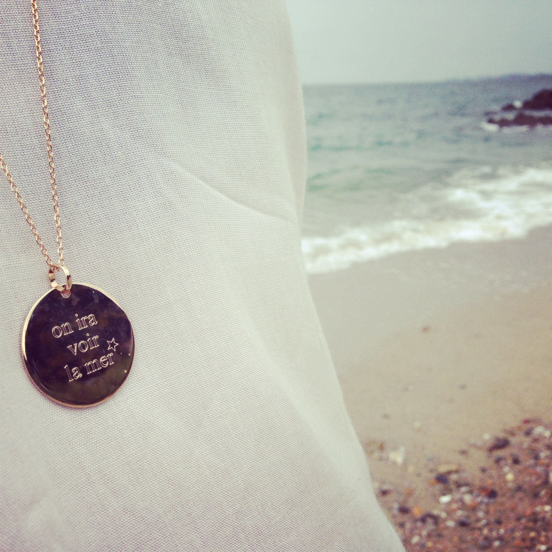"""sautoir et médaille """"on ira voir la mer"""" plaqué or 18k.  www.delphinepariente.fr"""