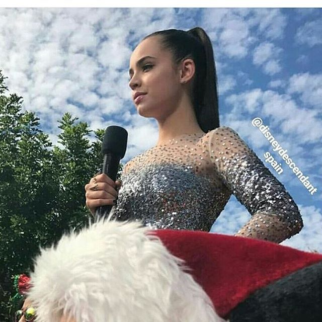 Omg she is so beautiful. She is just so breathtaking as always. Credit picture to @madelyn.15 Lucky you meeting her again  #SofiaCarson #AutisticFan #Descendants #Descendants2 #DisneyDescendants #Disney #DescendantsChristmasSpecial #Carsonator @sofiacarson