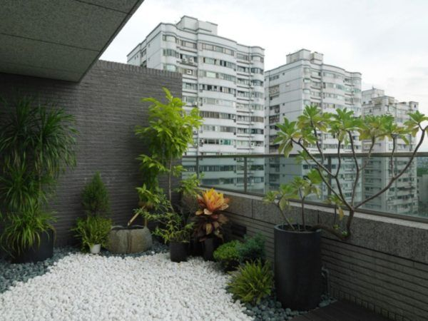 Japanese zen modern apartment balcony garden with white for Balcony zen garden ideas