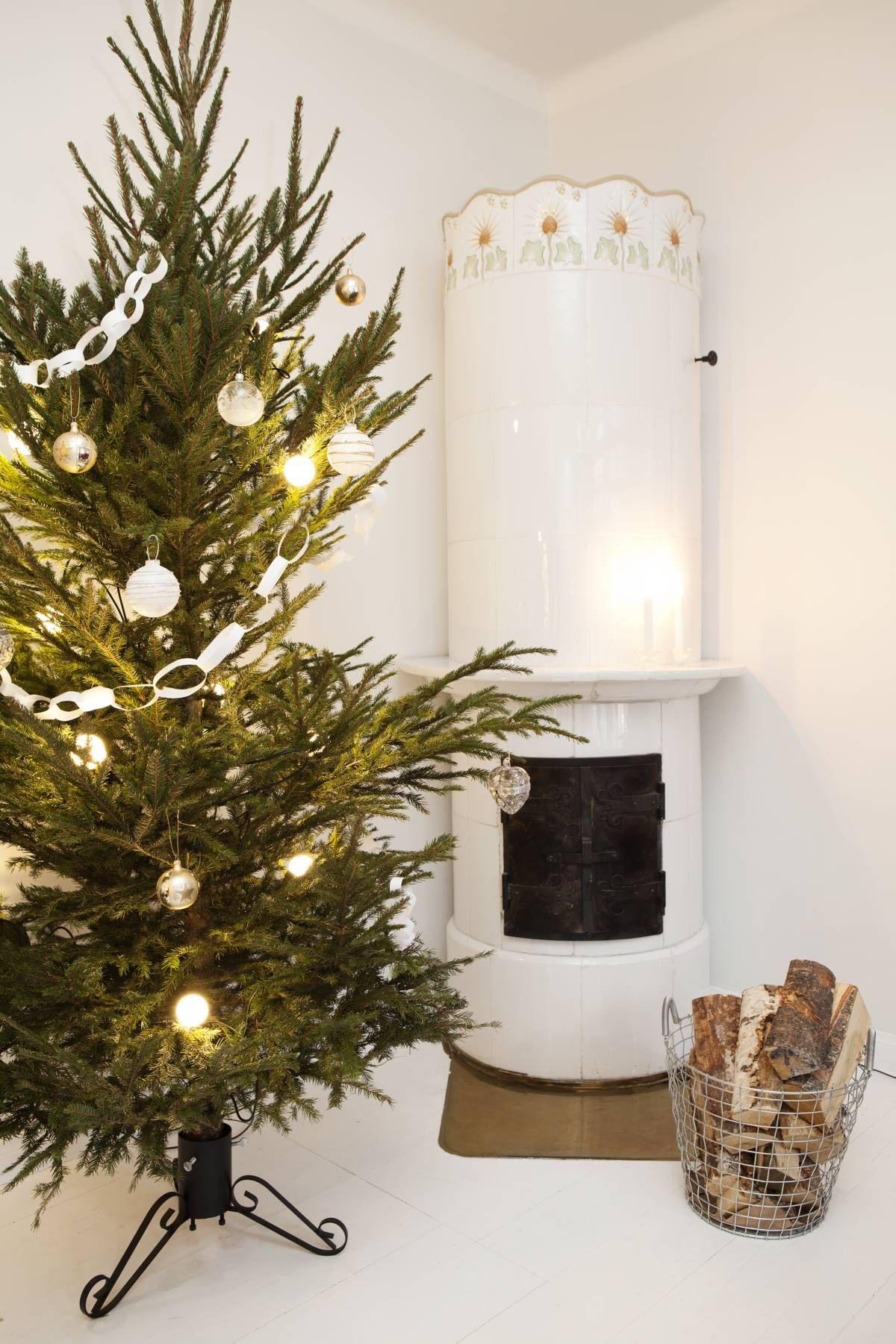 Joulukuuseen on ripustettu ystävän lasten tekemiä paperikoristeita ja Annan suosikkikoristeita, lasipalloja. Pallovalot on ostettu Clas Ohlssonilta.