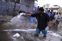 TOTAL CHENNAI NEWS: Actor/Director parthiepan doing Flood Relief Activ...