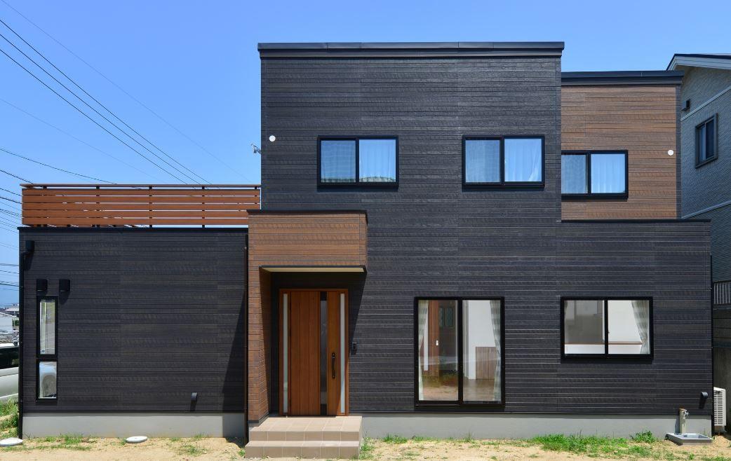 ブラックの外壁にアクセントで木目を入れることでモダンなイメージに