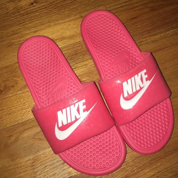 Women s pink coral Nike slides size 10 Don t wear these so I m deciding to  part ways lol. I ve had them for 3+ years and I ve worn them once but  they ve ... d37d4e4b6001