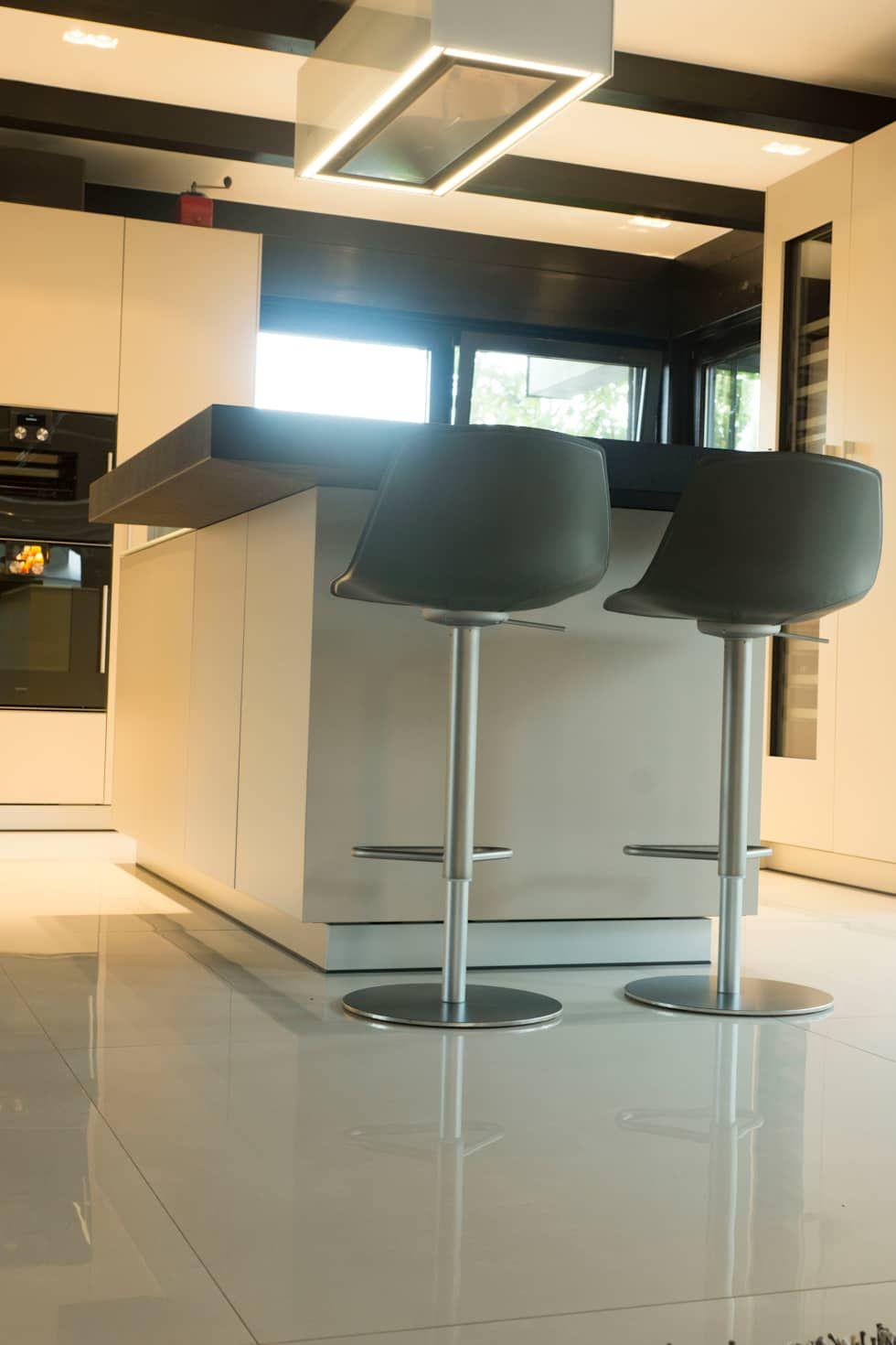 Elegant Moderner Bodenbelag Dekoration Von In Blies-guersviller: Moderne Küche Von Boor Bäder,