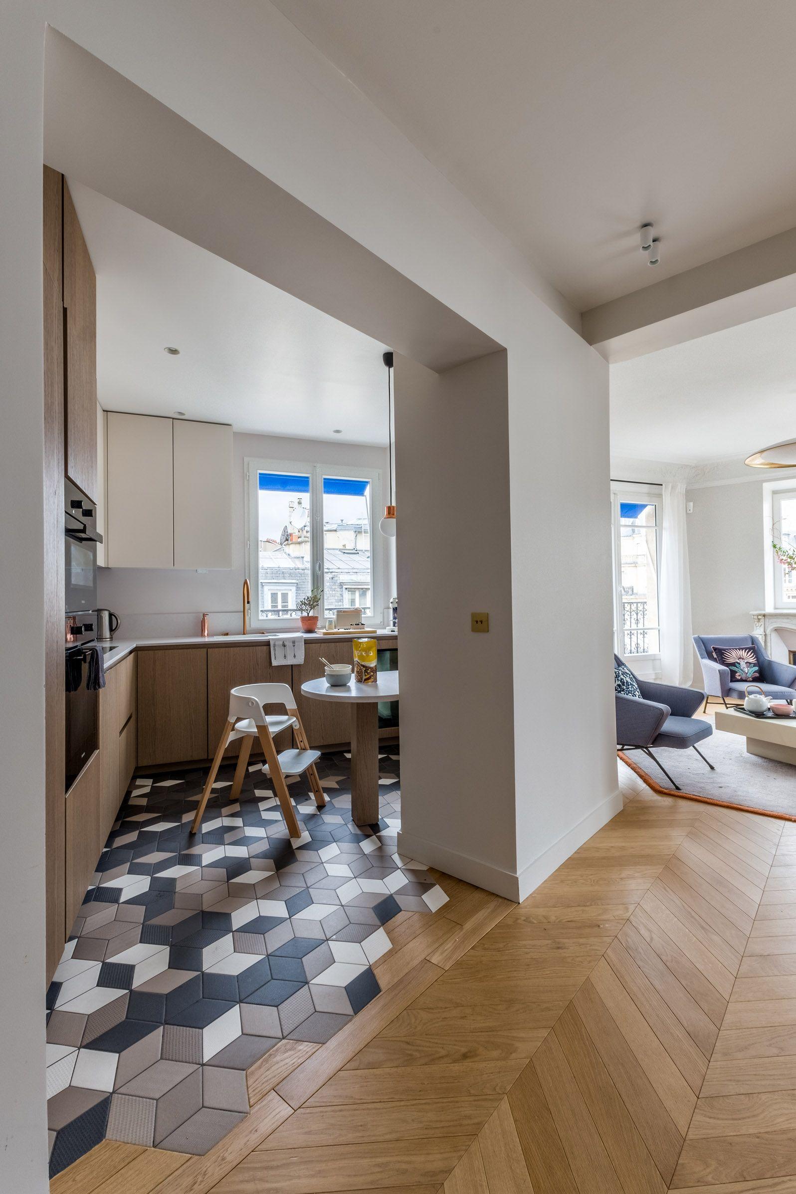 les differences de sols creent une demarcation entre la cuisine et le salon sans pour autant reduire les espaces