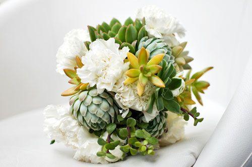 Suculentas y claveles blancos, sencillo y hermoso!!