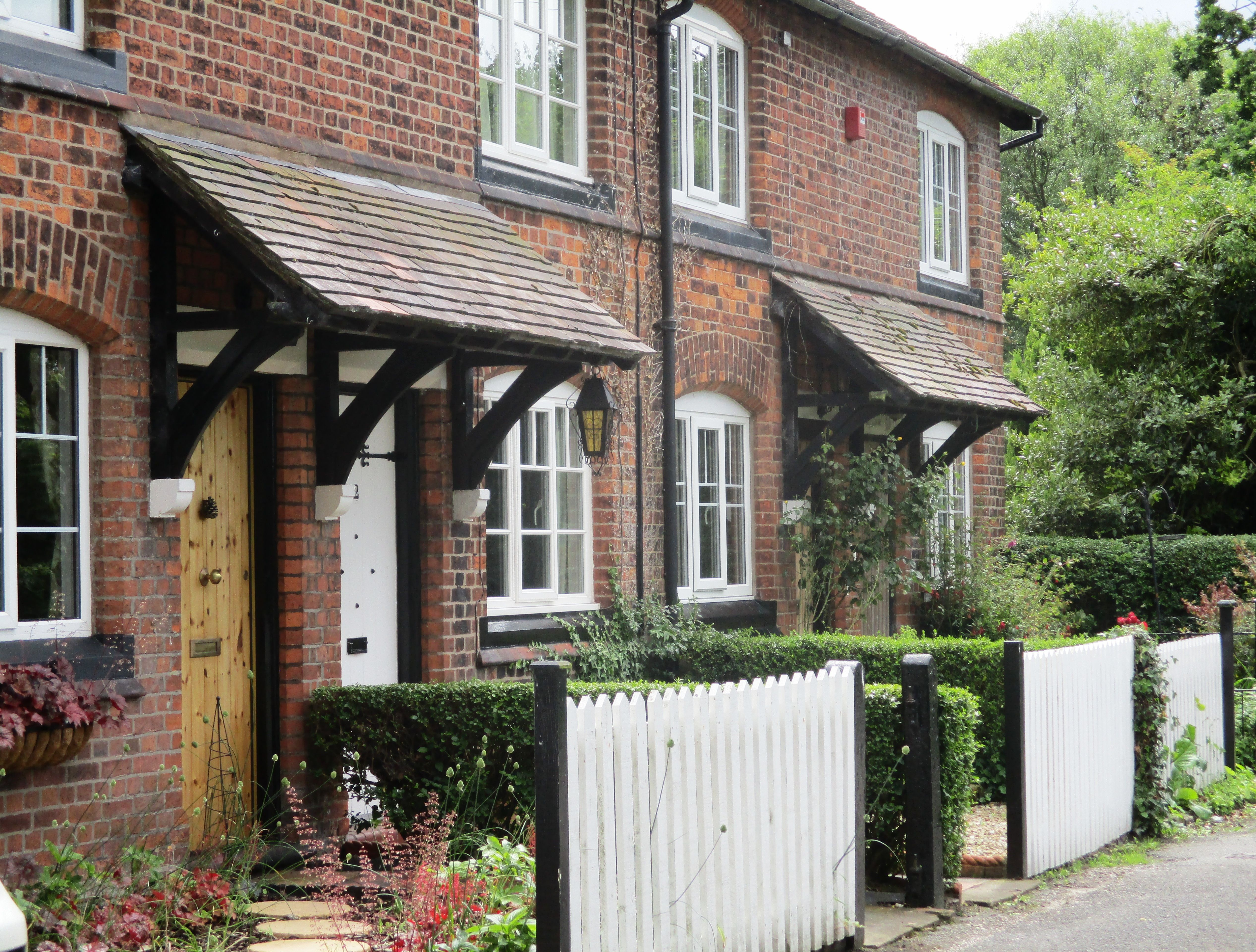 Row of pretty cottages, Vicarage Lane.