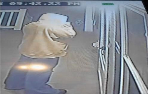 & Video Shows Why You Shouldn\u0027t Open the Door for Strangers