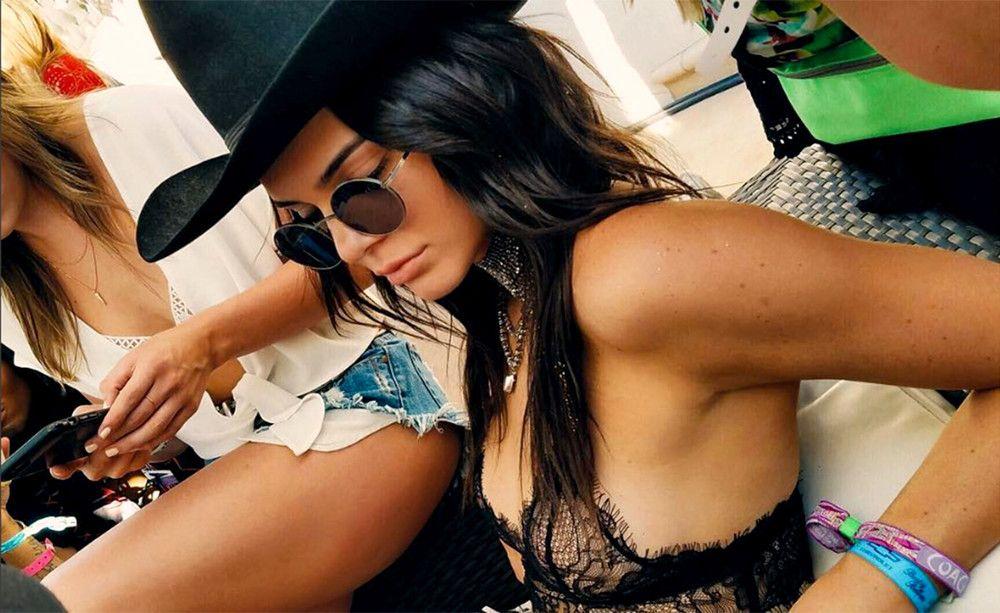 Kendall Jenner trug beim Coachella-Festival ein Bralette von Anine Bing. Noch am selben Tag war das Modell ausverkauft.
