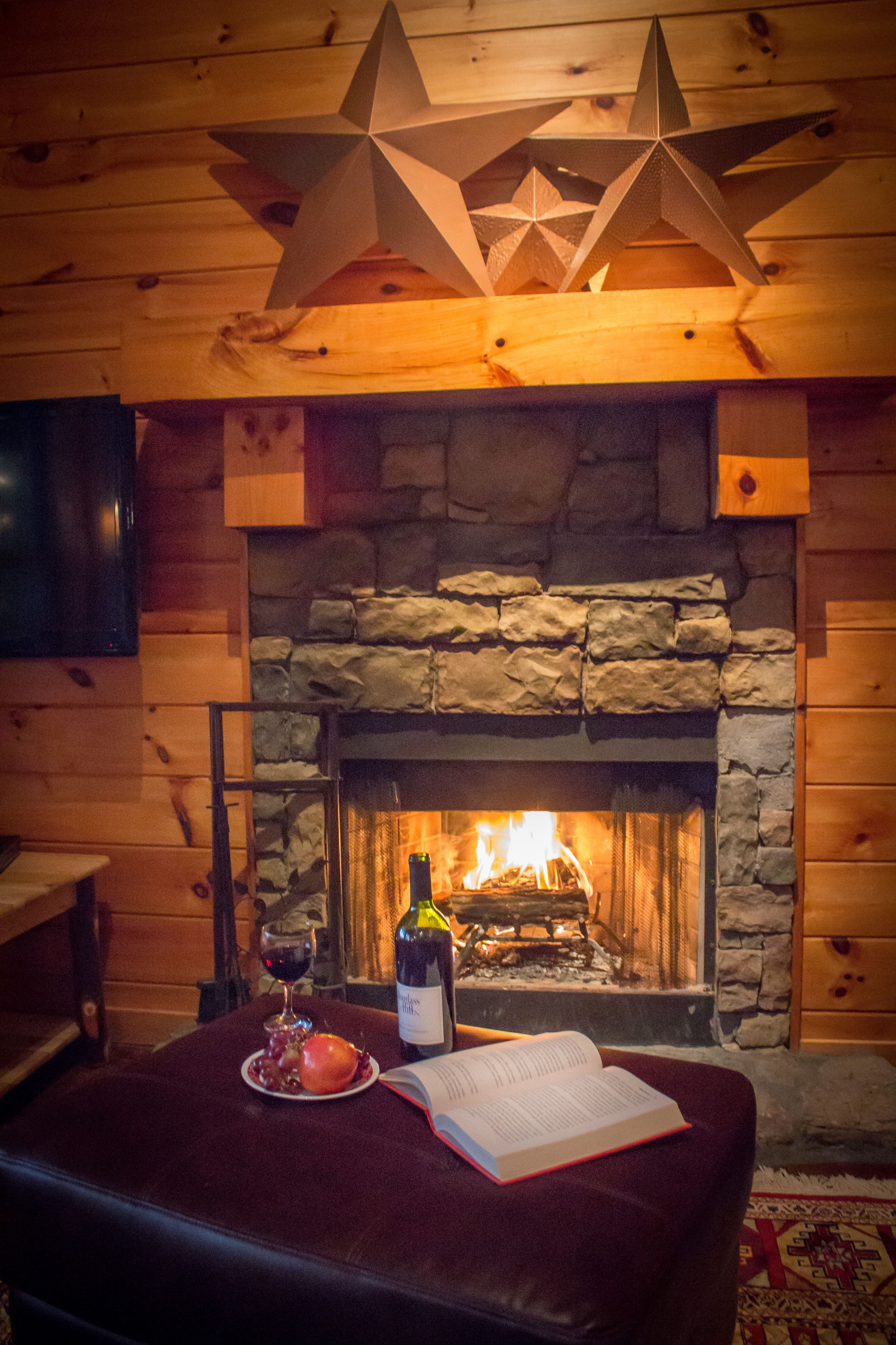 Charmant Beautiful Wood Burning Fireplace Located In The Cliffhanger Cabin!  Cliffhanger Is Managed By Wilderness View