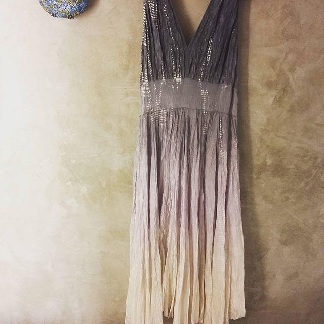 """E a gente termina nosso """"primeiro"""" sábado com mais esta linda imagem  deste vestido (versão midi ) que tbem arrancou suspiros em quem passou por nossa loja no dia de hje. #nastmoritzstoretem#buonanotte#vestidosedapuratiedye #bomdescancoatodos"""