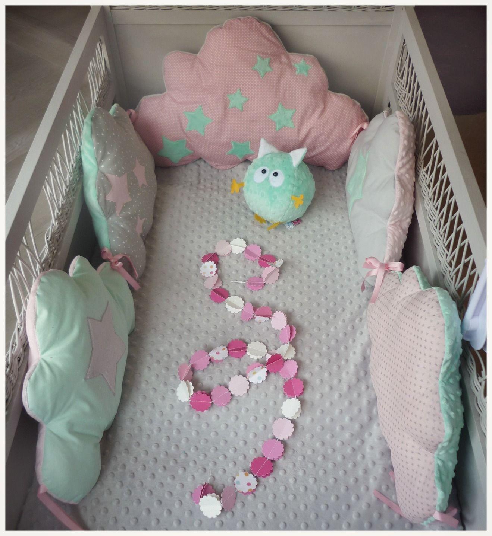 Tour de lit bébé nuage vert d\'eau rose et gris : Linge de lit ...