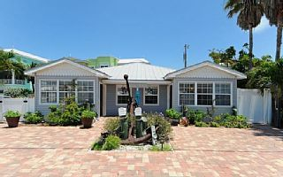 Perfect 2B/1B ON EACH SIDE OF THIS ADORABLE BRADENTON BEACH DUPLEX! RENT ONE SIDE