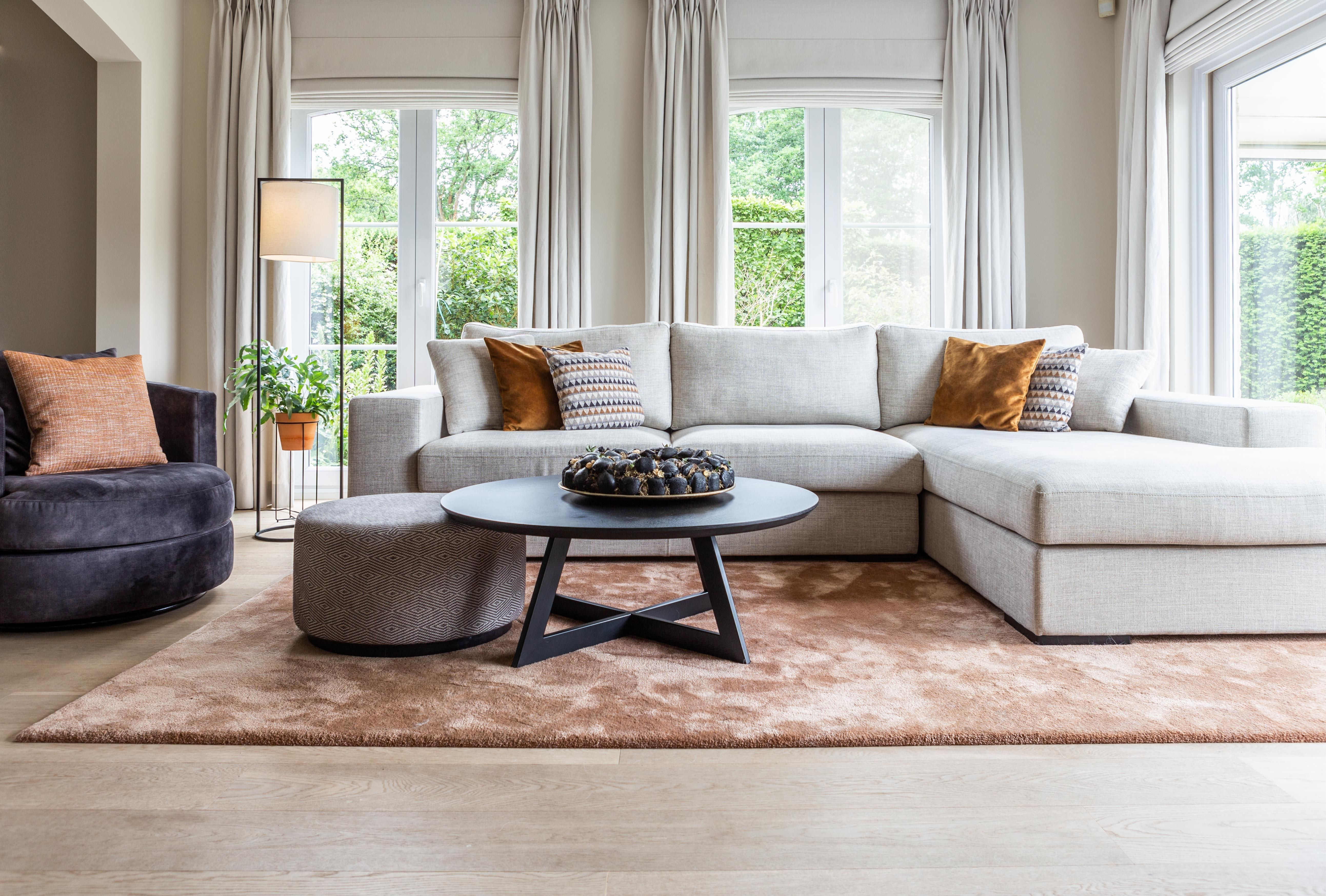 Met een neutrale zetel, speelse kussens en een subtiel gekleurd tapijt scoor je altijd!😍  #homeinteriors #homedecoration #decointerieur #interieurinspiratie #decorationinterieur #interieuraddict #dreaminterior #interiortip #cozyinterior #interior4all #interiorgoals #interiores #interiorinspo #interiorlovers #homeandliving #woonkamer #woonkamerinspiratie #woonkameridee #sofa #pillowlove #pillowcover