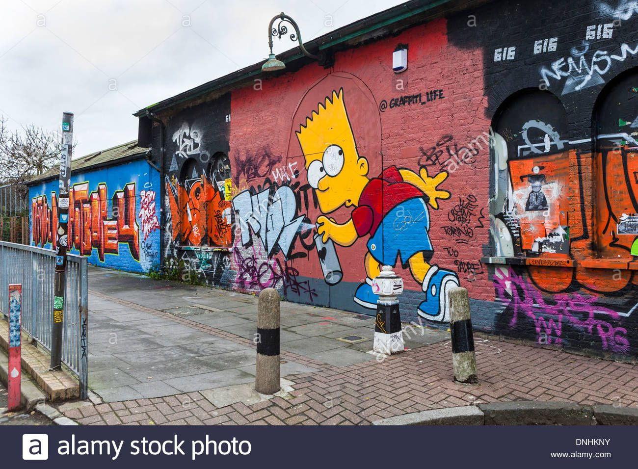 Best graffiti spray paint uk street art and graffiti tags homer simpson using spray can paint