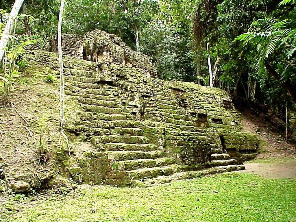 Tikal.  Templo del grupo E (observatorio) de Mundo Perdido