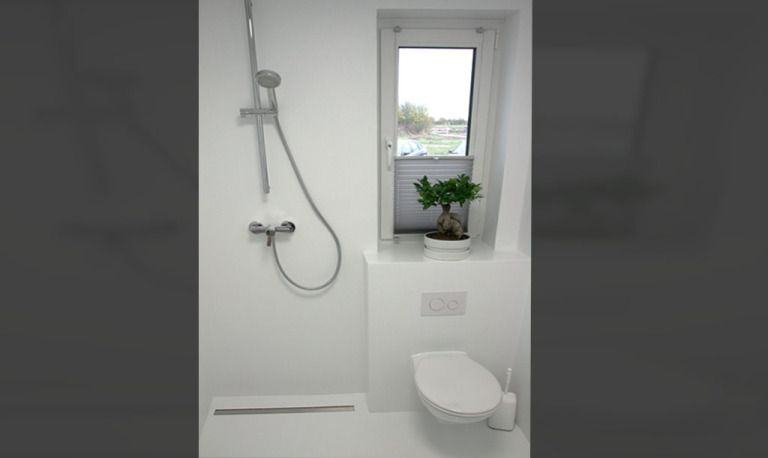 PU Gussboden, weißes Badezimmer, puristisches Design, Badezimmer - badezimmerwände ohne fliesen