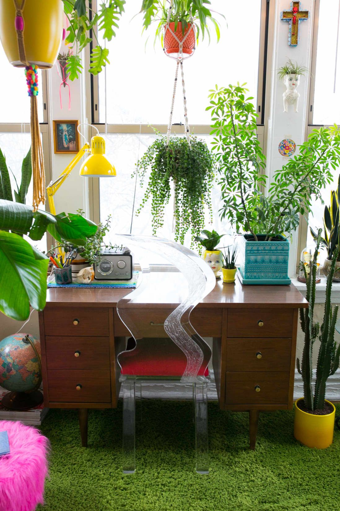 These 6 Perfect Hanging Plants Are Also Pretty Easy to Care For -   17 planting Indoor desk ideas