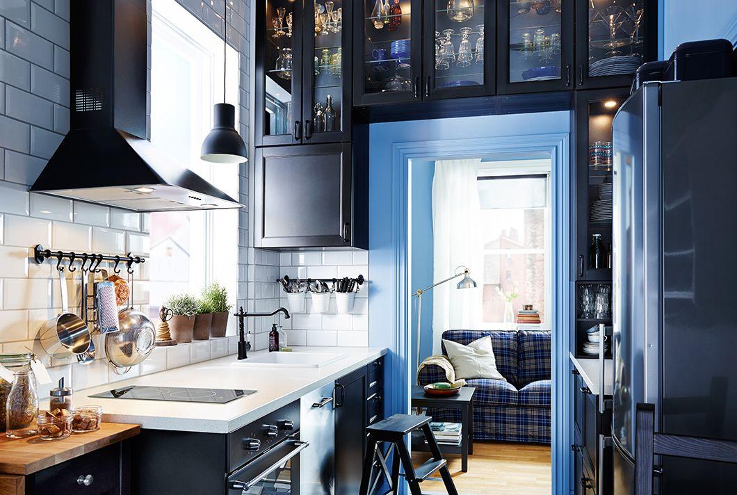 Cuisine troite Avec Armoires Ikea Tout Autour De LEncadrement De