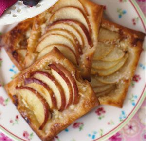 Æbletærter med mandler De syrligsøde æbler er et perfekt match med den fede og sprøde butterdej.