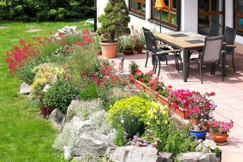 terrasse mit steingarten und bunten blumen garten pinterest steingarten bunte blumen und. Black Bedroom Furniture Sets. Home Design Ideas