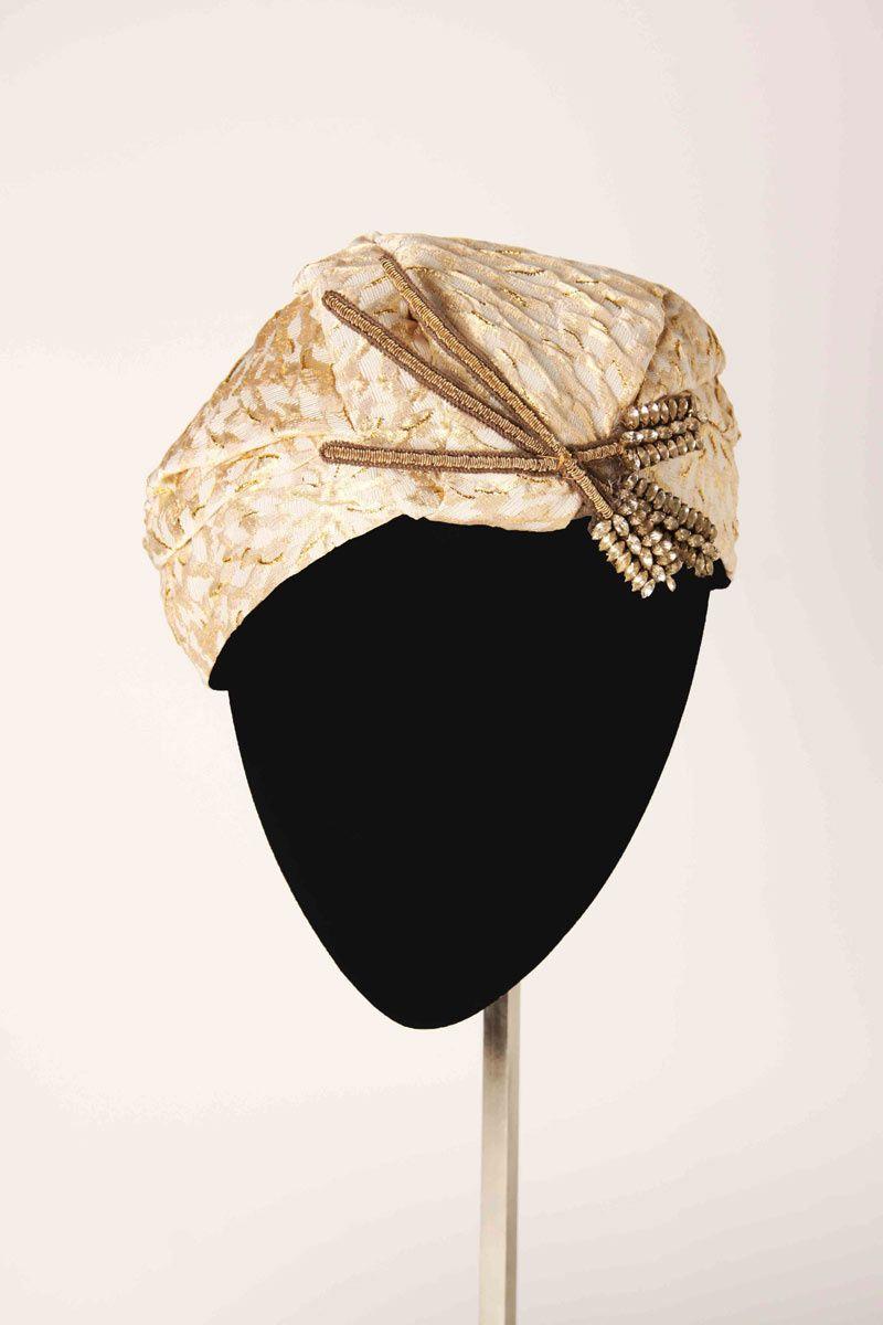 Tocado tipo turbante con un broche metalizado con cristales a018bedaada