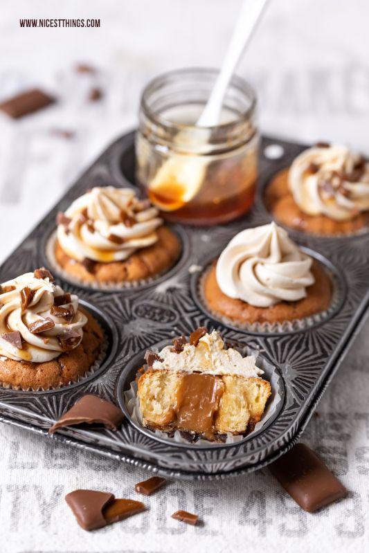 Daim Cupcakes mit Karamell-Kern, Karamell-Frosting und Daim-Stückchen - Nicest Things