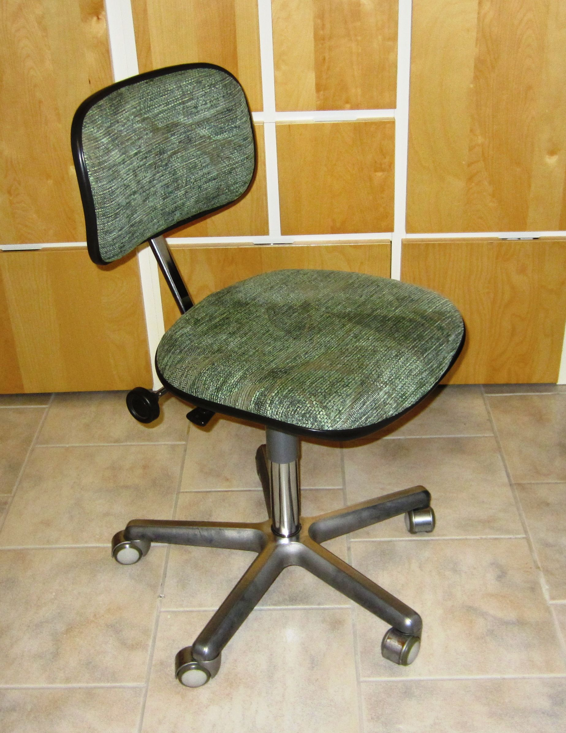 Toinenkin tuoli päällystettiin samalla kankaalla. Kangas maksoi n. 10€.