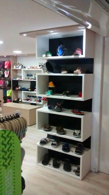 a40af20c181477 Painéis e nichos em loja de sapatos, bolsas e acessórios.   projetos ...