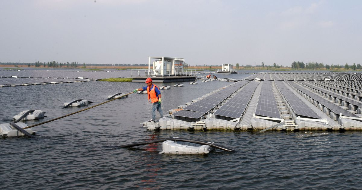 Symbolischer kan bijna niet. Op een meer dat een ingestorte steenkoolmijn bedekt, is in de Chinese provincie Anhui het grootste drijvend ezonne-energieplatform…