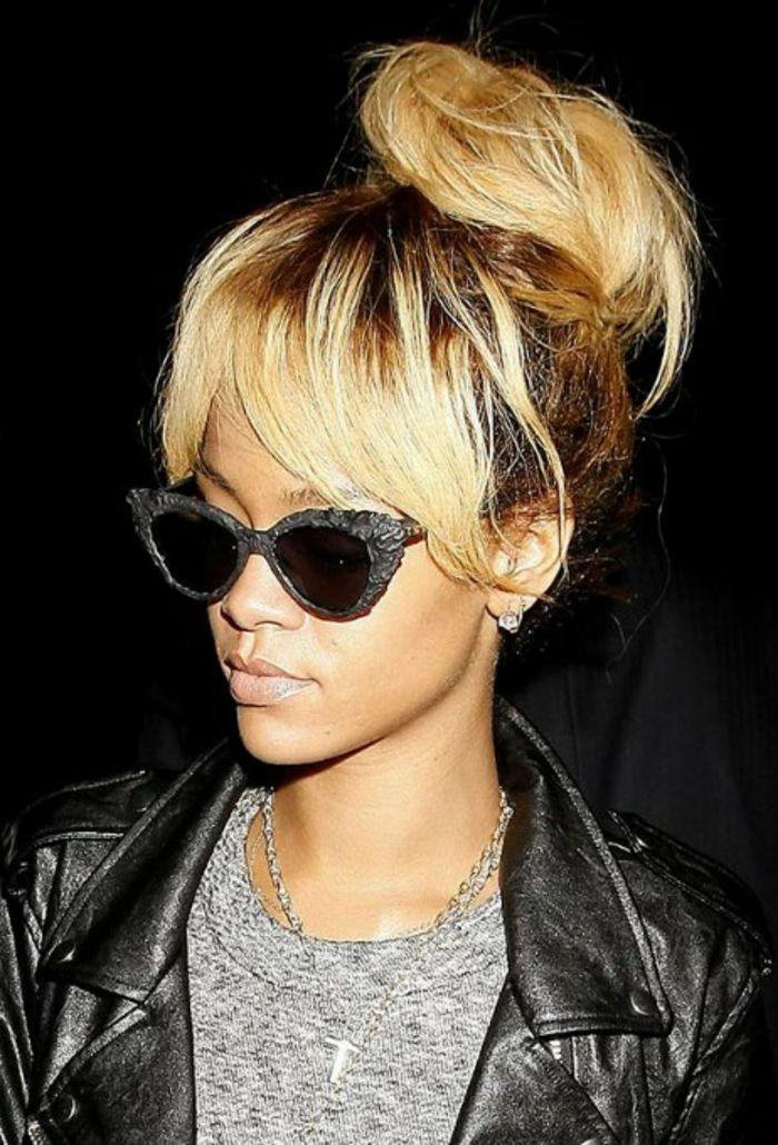 Hochsteck Frisur blond und braun, Designer Brille und ein Kreuz ...