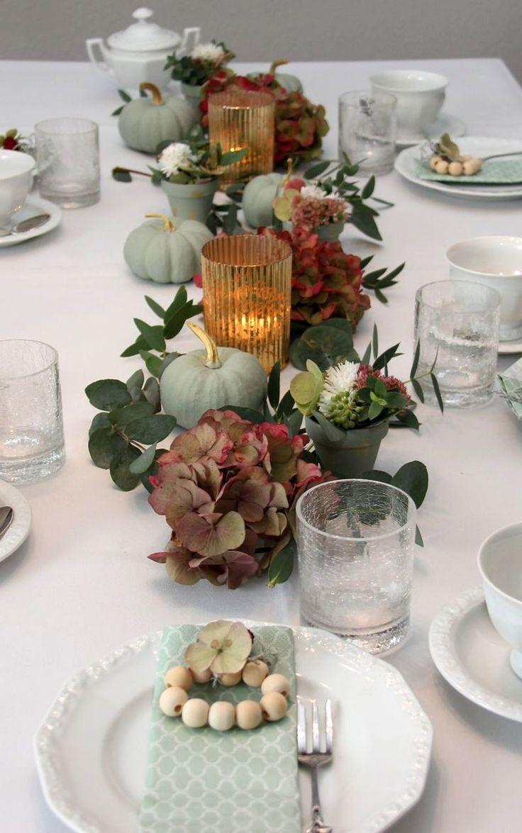 Kreidige Kürbisse für eine herbstliche Tischdekoration - Wohnaccessoires #herbsttischdekorationen