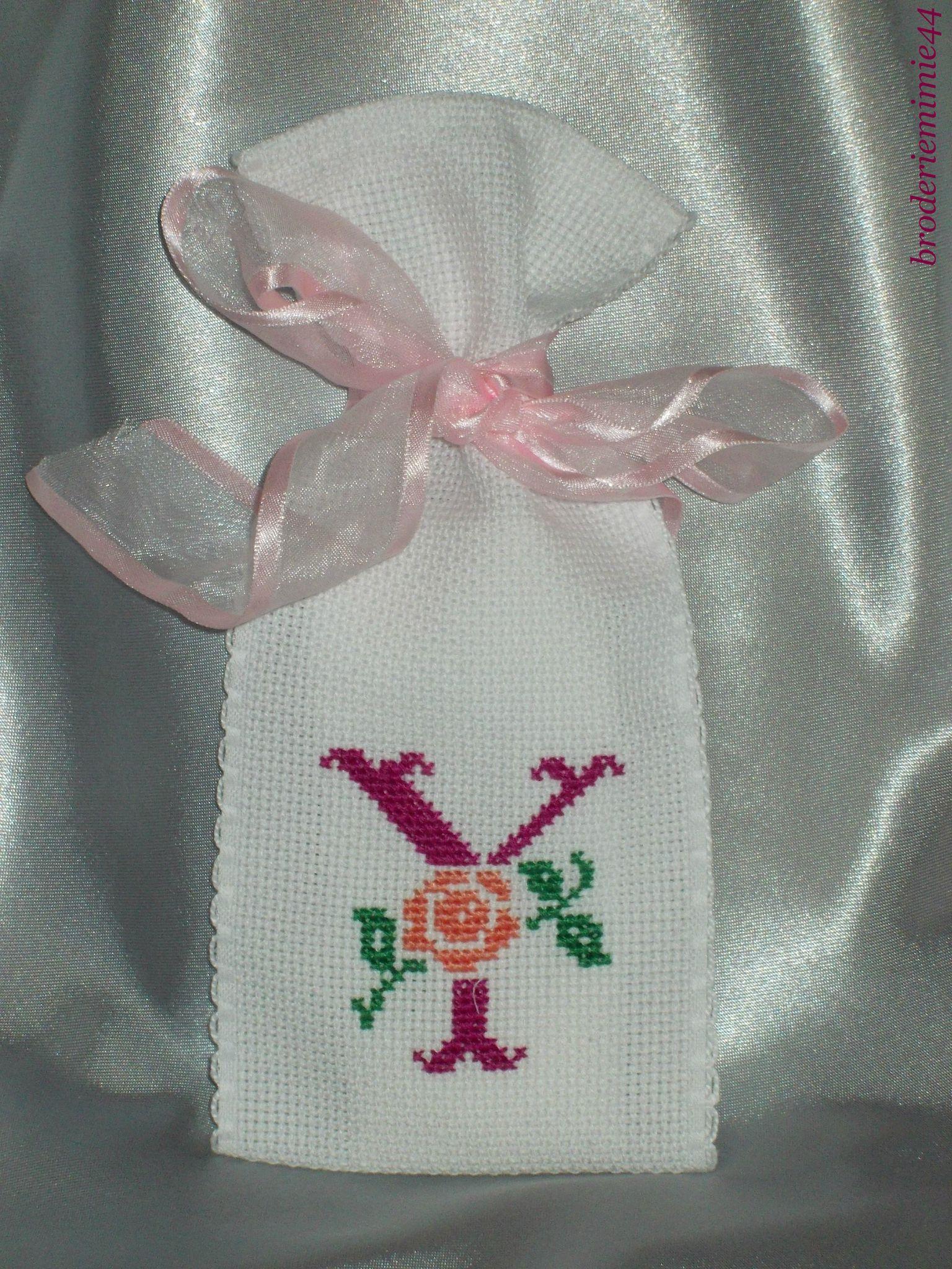 Sachet Initiale - Y Fuchsia - Lavande. Brodé mains.  point de croix - cross stitch. mon Blog : http://broderiemimie44.canalblog.com/