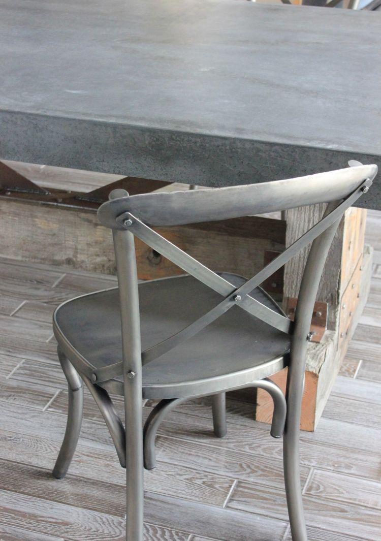 tisch in betonoptik und stuhl in metalloptik | effektfarbe beton in