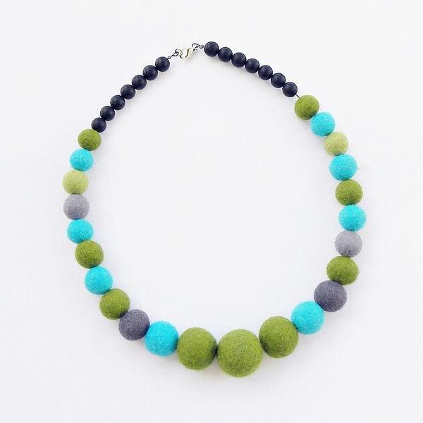 Filcowane korale zieleń i turkus w MarudaFilcuje - bardzo kolorowa biżuteria na DaWanda.com