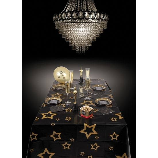 Tafelkleed zwart met gouden sterren. Zwart tafelkleed met gouden sterren. Het tafelkleed is 130 x 180 cm. Leuk voor het Kerst diner of een Oud en Nieuw feestje!