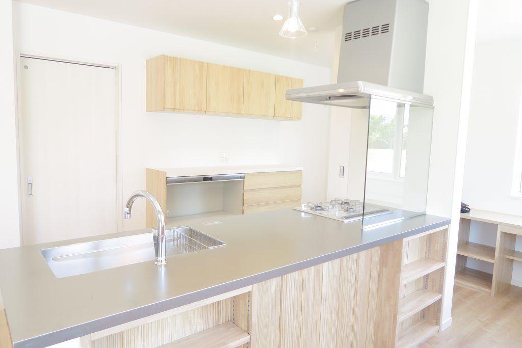オイルガード ウォールタイプ はコンロ前を上下完全カバーします リビングへの油はね 水はねをガードするので リビングはいつも清潔を保ちます 新築 キッチン キッチンデザイン リビング キッチン