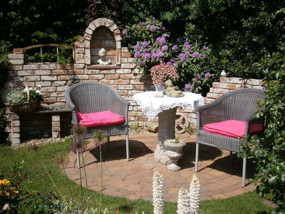 12 Ideen Fur Sitzplatze Im Garten In 2021 Gartenecke Sitzplatz Im Garten Sitzecken Garten