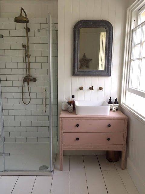 Photo of Farbtupfer in einem neutralen Badezimmer, die Verwendung von freistehenden … – Mobel Deko Ideen