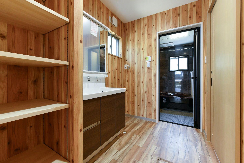 ログハウス風の洗面所 洗面所 木目調の洗面所 注文住宅 住宅 洗面所
