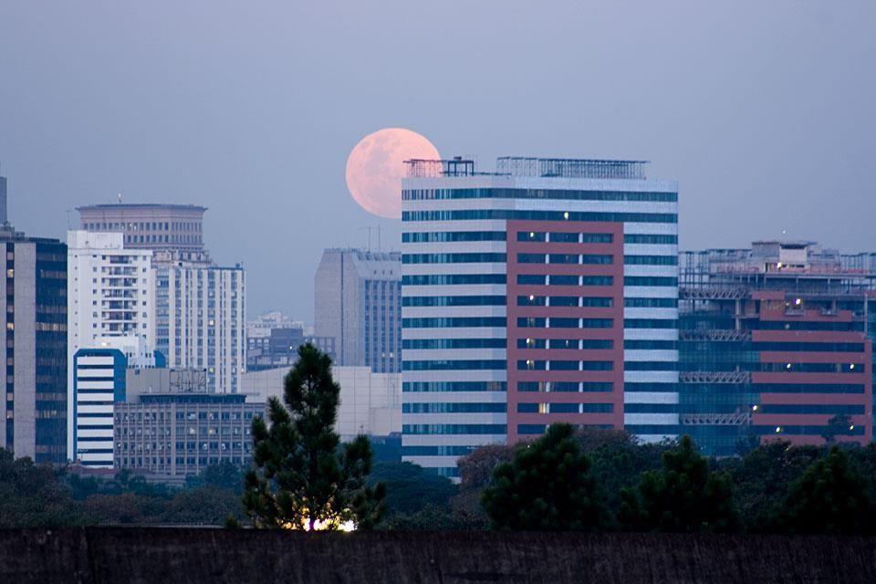 São Paulo (SP) - Lua nascendo vista da Cidade Universitária.  http://italianobrasileiro.blogspot.com/
