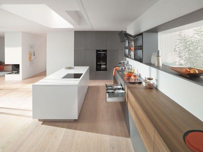 Moderne keuken met eiland en opbergsystemen van blum de lijnen in deze keuken benadrukken de - Moderne keuken deco keuken ...